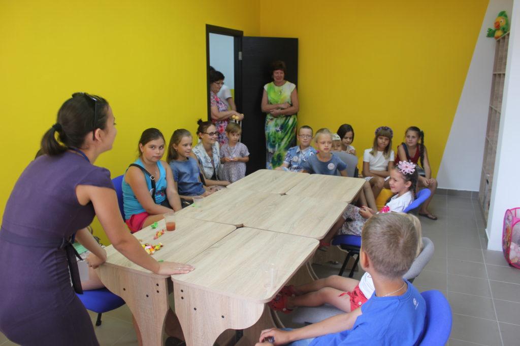 Учитель школы английского языка UNILAND проводит веселые уроки с детьми