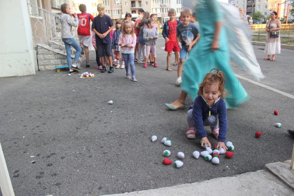 Открытие школы английского языка UNILAND. Дети играют с аниматорами.