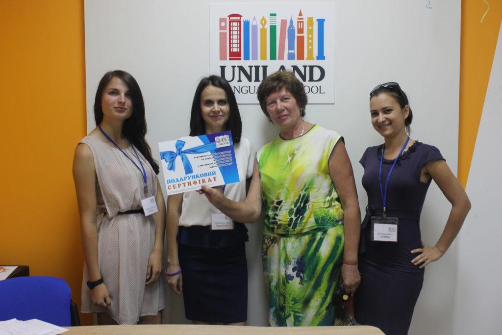 Победитель в розыгрыше абонемента английского языка на открытии языковой школы UNILAND